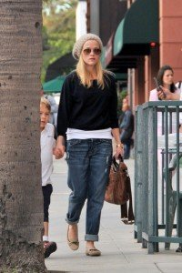 Reese+Witherspoon+spotted+wearing+large+knit+_RIRWcDudL4l